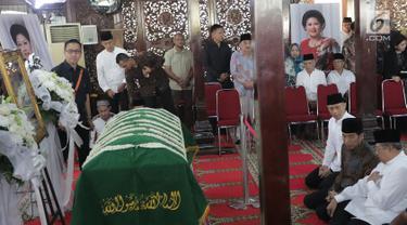 Presiden Joko Widodo (Jokowi) berbincang dengan Presiden ke-6 Susilo Bambang Yudhoyono (SBY) dan Agus Harimurti saat melayat almarhumah Siti Habibah di Puri Cikeas, Bogor, Sabtu (31/8/2019). Ibunda SBY meninggal pada usia 87 tahun di RS Mitra Keluarga Cibubur. (Liputan6.com/Herman Zakharia)