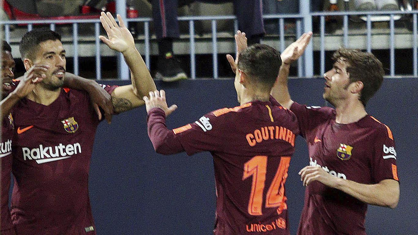 Para pemain Barcelona merayakan gol yang dicetak oleh Luis Suarez ke gawang Malaga pada laga La Liga di Stadion La Rosaleda, Sabtu (10/3/2018) (AP/M.Pozo)