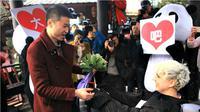 """Wanita ini melamar sang kekasih dengan kostum panda karena dia kerap dipanggil dengan panggilan sayang """"panda"""". So sweet!"""