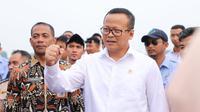 Menteri Kelautan dan Perikanan Edhy Prabowo melakukan restocking 50.000 ekor ikan nilem ke Waduk GOR Jakabaring. (Foto: KKP)