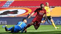 Gelandang AS Roma, Henrikh Mkhitaryan (kanan) dijatuhkan kiper Udinese, Juan Musso yang berbuah hukuman penalti dalam laga lanjutan Liga Italia 2020/21 pekan ke-22 di Olimpico Stadium, Roma, Minggu (14/1/2021). AS Roma menang 3-0 atas Udinese. (AFP/Alberto Pizzoli)