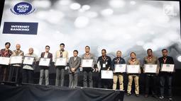 Para penerima penghargaan foto bersama pada acara The Fourth WOW Brands Festive Days 2019 di Jakarta, Kamis (14/9). WOW Brand merupakan penghargaan merek tertinggi dari hasil survei konsumen yang digelar MarkPlus, Inc. (Liputan6.com/Herman Zakharia)