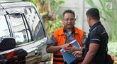 Mantan anggota DPRD Sumatera Utara Tahan Manahan Panggabean (kiri) tiba di Gedung KPK, Jakarta, Senin (19/11). Tahan akan menjalani pemeriksaan oleh penyidik KPK. (Merdeka.com/Dwi Narwoko)