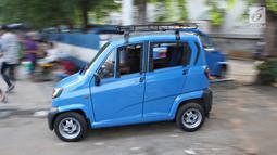 Angkutan umum Qute melintas di kawasan Kota, Jakarta, Senin (24/7). Sebanyak 17 unit Angkutan Pengganti Bemo (APB) tersebut mampu mengangkut tiga penumpang dan mulai diuji coba untuk mengetahui kelayakan armada. (Liputan6.com/Immanuel Antonius)