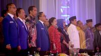 Presiden Jokowi (ketiga kiri) dan Ketum PDIP Megawati Soekarnoputri (kelima kiri) menghadiri Rakernas Partai Amanat Nasional di Jakarta, Rabu (6/5/2015) malam. Keduanya duduk mengapit Ketua Umum PAN Zulkifli Hasan. (Liputan6.com/Faizal Fanani)
