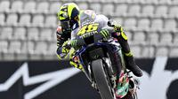 Valentino Rossi saat mengaspal di Sirkuit Red Bull Ring, Austria. (JOE KLAMAR / AFP)