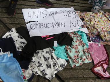 Dagangan milik pedagang kaki lima (PKL) yang dibawa dalam unjuk rasa di depan kantor Ombudsman Republik Indonesia, Jakarta, Selasa (3/4). Para PKL itu mengatasnamakan Forum Pedagang Kreatif Lapangan Jatibaru. (Liputan6.com/Arya Manggala)