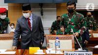Menteri Pertahanan Prabowo Subianto (kiri) bersama Panglima TNI Marsekal Hadi Tjahjanto bersiap mengikuti rapat kerja dengan Komisi I DPR di kompleks parlemen, Senayan, Jakarta, Rabu (2/6/2021). Rapat kerja ini membahas Pemenuhan Kebutuhan Alpalhankam. (Liputan6.com/Angga Yuniar)