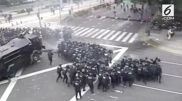 Pendemo terpaksa dihalau polisi dengan menggunakan peluru karet, gas air mata dan meriam air.