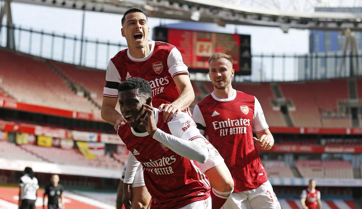 Striker Arsenal, Eddie Nketiah (tengah) melakukan selebrasi bersama rekan setim usai mencetak gol penyeimbang 1-1 ke gawang Fulham dalam laga lanjutan Liga Inggris 2020/2021 pekan ke-32 di Emirates Stadium, Minggu (18/4/2021). Arsenal bermain imbang 1-1 dengan Fulham. (AFP/Ian Kington/Ikimages)