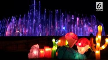 Atraksi air mancur menari dan berbagai bentuk lampion jadi daya tarik Prambanan Lights Festival.