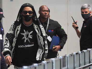 Mantan pemain timnas Brasil, Ronaldinho tiba di bandara El Galeao di Rio de Janeiro, setelah menjalani tahanan rumah di Paraguay, Selasa (25/8/2020). Ronaldinho menghirup udara bebas setelah lima bulan menjadi tahanan rumah karena memasuki Paraguay dengan paspor palsu. (Carl DE SOUZA/AFP)