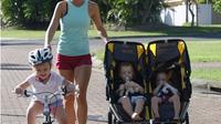 Dorong stroller anak sembari berlari, buat Anda bisa berolahraga sekaligus asuh anak. (Foto: Instagram/staystrongmummy)