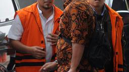 Dua tersangka Bupati Bener Meriah nonaktif Ahmadi (kiri) dan kontraktor Susilo Prabowo alias bun (kanan) turun dari mobil tahanan akan menjalani pemeriksaan di gedung KPK, Jakarta (25/7). (Merdeka.com/Dwi Narwoko)
