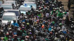 Kendaraan terjebak macet di Jalan Rasuna Said, Kuningan, Jakarta, Rabu (22/1/2020). Kemacetan di depan Kantor Kemenkumham ini  imbas dari unjuk rasa warga Tanjung Priok yang memprotes dan menuntut Menkumham Yasonna Laoly minta maaf. (Liputan6.com/Faizal Fanani)