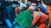 Gubernur DKI Anies Baswedan menggotong keranda jenazah petugas kebersihan yang menjadi korban tabrak lari di Pasar Rebo. (Facebook Anies Baswedan)