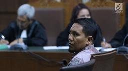 Terdakwa suap Dana Otonomi Khusus Aceh (DOKA) Bupati Bener Meriah nonaktif, Ahmadi saat sidang pembacaan tuntutan di Pengadilan Tipikor, Jakarta, (22/11). Ahmadi dituntut hukuman empat tahun penjara, denda Rp 250 juta. (Liputan6.com/Helmi Fithriansyah)