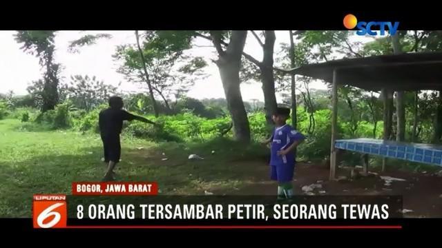 Delapan warga Semplak, Kota Bogor, tersambar petir saat menonton pertandingan sepak bola. Tujuh orang mengalami luka, seorang di antaranya tewas di pinggir lapangan.