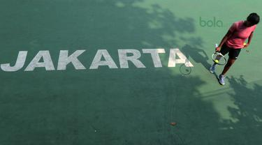 Petenis India, Samantha Chamarthi bersiap melakukan servis saat melawan Deria Nur Haliza pada kejuaraan ITF Women's Circuit di Hotel Sulatan, Jakarta, Rabu (18/7/2018). Deria kalah 0-6, 2-6. (Bola.com/Nick Hanoatubun)