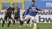 Antonio Candreva dari Sampdoria mencetak gol lewat tendangan penalti, gol pertama timnya selama pertandingan sepak bola Serie A antara Sampdoria dan Inter Milan di stadion Luigi Ferraris di Genoa, Italia, Rabu 6 Januari 2021. (Tano Pecoraro / LaPresse via
