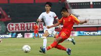 Duel pemain Timnas Indonesia U-19, Rendy Juliansyah, dan pemain China U-19, Aisikaer Aifeierding, dalam laga uji coba di Stadion Kapten I Wayan Dipta, Gianyar, Bali, Minggu (20/10/2019). (Bola.com/Aditya Wany)
