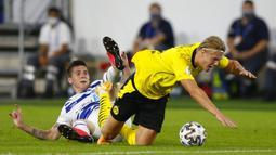 Penyerang Borussia Dortmund, Erling Braut Haaland, berebut bola dengan penyerang MSV Duisburg, Dominic Volkmer, pada laga DFB-Pokal di Schauinsland-Reisen-Arena, Selasa (15/9/2020). Borussia Dortmund menang 5-0 atas MSV Duisburg. (AFP/Thilo Schmulgen/pool)