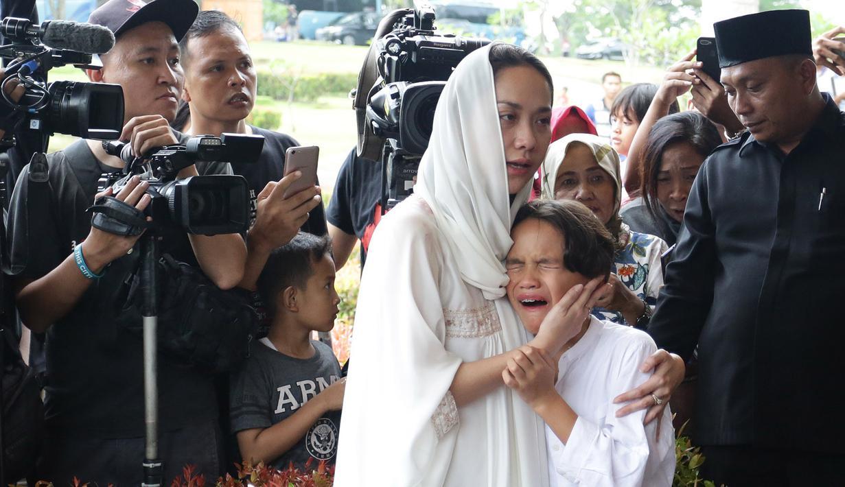 Pemakaman Ashraf Sinclair (Bambang E Ros/Fimela.com)