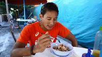 Sandiaga Uno saat menyantap bubur ayam favoritnya. (Screenshot Instagram @sandiuno/https://www.instagram.com/p/B0z2X8th_HN/Putu Elmira)