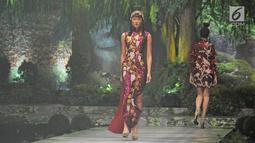 Model berjalan di atas catwalk mebawakan rancangan karya Sebastian Gunawan di peragaan busana Aqua Reflections x Sebastian Gunawan di Jakarta, Senin (5/2). (Liputan6.com/Herman Zakharia)