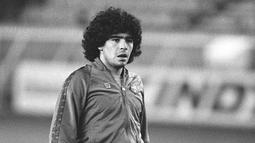 Diego Maradona - Maradona pernah membela Barcelona selama dua tahun. Legenda Argentina ini dipercaya menggunakan nomor punggung 10 pada tahun 1982-1984. (AFP/Joel Robine)