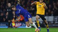 Bek Chelsea, Marcos Alonso, berebut bola dengan striker Wolverhampton, Raul Jimenez, pada laga Premier League di Stadion Molineux Wolves, Kamis (5/12). Wolves menang 2-1 atas Chelsea. (AFP/Geoff Caddick)