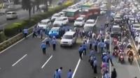 Ribuan sopir angkutan menggelar demo di sejumlah titik di Jakarta. Sementara itu, Ahok akan tindak tegas pengunjuk rasa yang berbuat anarki.