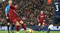 Proses gol yang dicetak oleh gelandang Liverpool, Xherdan Shaqiri, ke gawang Manchester United pada laga Premier League di Stadion Anfield, Liverpool, Minggu (16/12). Liverpool menang 3-1 atas MU. (AFP/Paul Ellis)