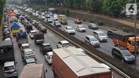 Kendaraan melintasi Tol JORR di kawasan Jakarta Selatan, Selasa (8/10/2019). Kepala Badan Pengatur Jalan Tol (BPJT) Kementerian PUPR Danang Parikesit menegaskan ada 21 ruas tol yang akan mengalami kenaikan tarif. (Liputan6.com/Immanuel Antonius)