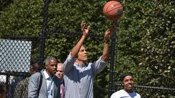 Presiden AS, Barack Obama saat bermain basket di Gedung Putih, Washington, DC, pada tanggal 6 April 2015. Obama rutin melakukan latihan yang bisa menjaga daya tahan tubuh, bermain basket dan ia berolahraga 4 kali dalam seminggu. (AFP PHOTO/Mandel NGAN)
