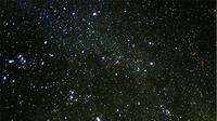 Meteor paling terang, bola api, meninggalkan jejak berasap yang terus melayang di angin dataran tinggi, yang terlihat di sisi kanan gambar. (Wikimedia/Creative Commons)