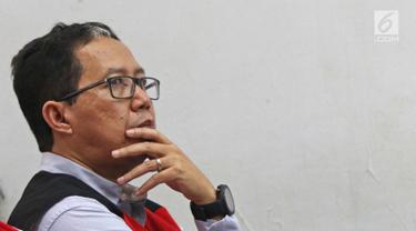Mantan pelaksana tugas (Plt) Ketua Umum PSSI Joko Driyono mendengarkan keterangan saksi saat mengikuti sidang lanjutan kasus dugaan penghilangan barang bukti pengaturan skor di Pengadilan Negeri Jakarta Selatan, Jakarta, Selasa (28/5/2019). (Liputan6.com/Herman Zakharia)