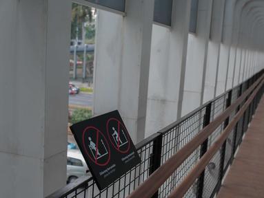 Suasana JPO di Jalan Sudirman, Jakarta, Rabu (28/8/2019). Pemprov DKI Jakarta akan membangun 15 jembatan penyeberangan orang (JPO) berkonsep modern atau futuristik pada 2020. Tujuannya untuk memfasilitasi pejalan kaki agar nyaman mengakses transportasi publik. (Liputan6.com/Faizal Fanani)