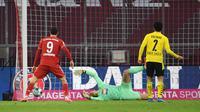 Momen Robert Lewandowski membobol gawang Borussia Dortmund pada laga bertajuk Der Klassiker, Minggu (07/03/2021) dini hari WIB. (ANDREAS GEBERT / POOL / AFP)