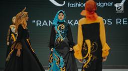 """Model mengenakan busana rancangan Lia Afif bertajuk """"Rancakaroros Resitala"""" pada ajang Indonesia Fashion Week (IFW) 2019 di Jakarta Convention Center, Kamis (28/3). Lia Afif baru saja merilis 12 koleksi busana terbarunya menggunakan kain batik dari Kutai Timur. (Liputan6.com/Faizal Fanani)"""