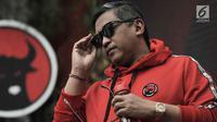 Sekjen PDIP Hasto Kristiyanto saat menghadiri peluncuran Atribut Milenial di Kantor DPP PDIP, Jakarta, Kamis (20/9). Peluncuran Atribut Milenial untuk kampanye Pemilu 2019 ini diperagakan langsung oleh para kader. (Merdeka.com/Iqbal S. Nugroho)