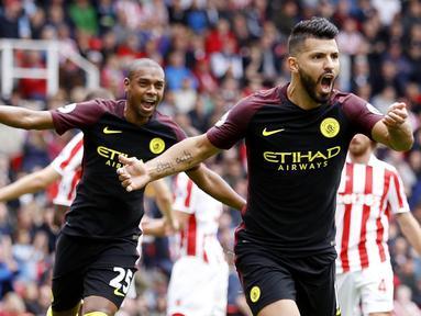 Striker Manchester City, Sergio Aguero, merayakan gol yang dicetaknya ke gawang Stoke pada laga Liga Premier Inggris di Stadion Britannia, Stoke, Inggris, Sabtu (20/8/2016). City menang 4-1 atas Stoke. (Reuters/Carl Recine)