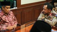 Ketum Pengurus Besar Nahdlatul Ulama, Said Aqil Siradj (kiri) berbincang dengan Kapolda Metro Jaya, Irjen Tito Karnavian di Kantor PBNU, Jakarta, (23/12). Kedatangan Kapolda membahas keamanan jelang Natal dan Tahun Baru 2016. (Liputan6.com/Faizal Fanani)