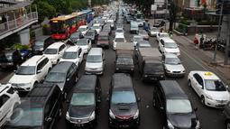 Sejumlah mobil terjebak macet di Jalan Matraman Raya mengarah Kramat Raya, Jakarta, Selasa (19/1/2016). Jalan Matraman Raya yang mengarah Kramat Raya macet parah imbas dari perbaikan saluran air. (Liputan6.com/Helmi Fithriansyah)