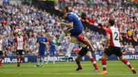 Sundulan pemain Chelsea, Alvaro Morata menembus gawang Southampton pada laga semifinal Piala FA di Wembley stadium, London, (22/4/2018). Chelsea menang 2-0. (AP/Frank Augstein)