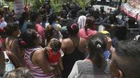 Kerabat berada di depan penjara di Acapulco, barat daya Meksiko. (AP)