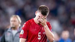 Bek Denmark Joakim Maehle mengusap air mata usai pertandingan melawan Inggris pada semifinal Euro 2020 di stadion Wembley di London, Kamis (8/7/2021). Inggris menang atas Denmark dengan skor 2-1. (Liselotte Sabroe /Ritzau Scanpix via AP)