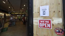 Pemberitahuan yang mengingatkan pengunjung untuk mengenakan masker terlihat di sebuah toko di Manhattan, New York, AS, Senin (8/6/2020). Usai menjalani karantina wilayah (lockdown) selama hampir tiga bulan, New York City memasuki fase pertama pembukaan kembali pada 8 Juni 2020. (Xinhua/Wang Ying)