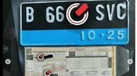 Tanda Nomor Kendaraan bermotor (TNKB) atau pelat nomor kendaraan listrik memiliki garis biru di bagian bawah. (@gesitsmotor)