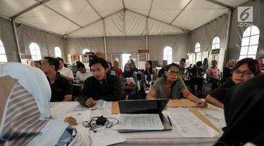 Warga saat mengurus surat pemindahan Tempat Pemungutan Suara (TPS) atau formulis A5 di Kantor KPUD Jakarta Pusat, Jakarta, Senin (8/4). Komisi Pemilihan Umum (KPU) membuka pelayanan bagi warga yang ingin mengajukan pemindahan TPS (formulir A5) hingga 10 April 2019. (merdeka.com/Iqbal S. Nugroho)
